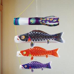 吊るす鯉のぼり